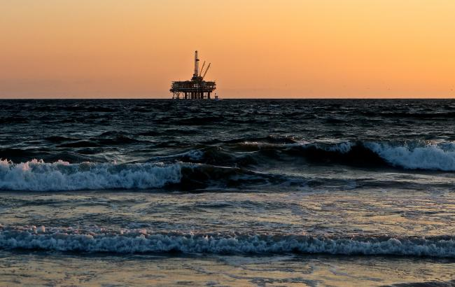 oil rig in coast